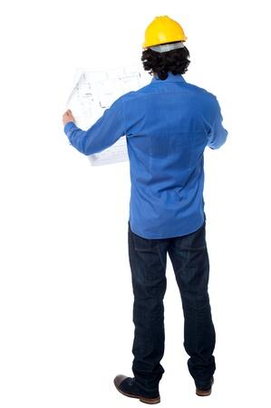 ingeniero civil: Joven ingeniero civil masculino estudiando el plan de negocios Foto de archivo