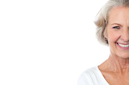 arrugas: Sonriendo alegre anciana, imagen recortada. Foto de archivo