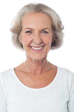 Ritratto di una donna senior isolato casuale
