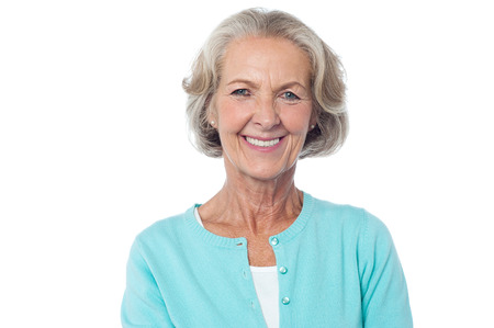 Aantrekkelijke oude vrouw, mooie glimlachende gezicht.