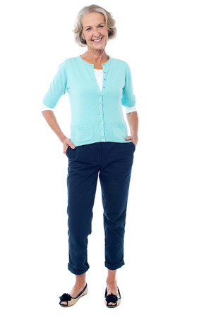 Gelukkig senior vrouw geïsoleerd over witte achtergrond Stockfoto