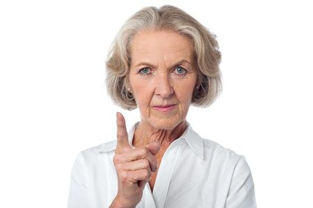 mujer: Mujer de mediana edad enojado le advierte.