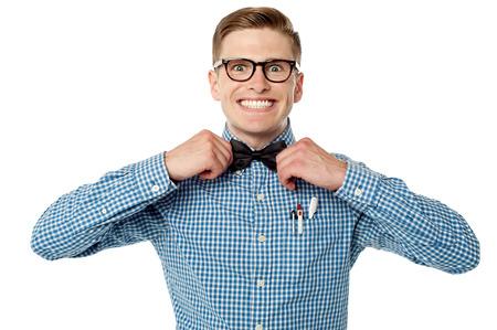 笑顔の若いオタク男が彼の蝶ネクタイを調整