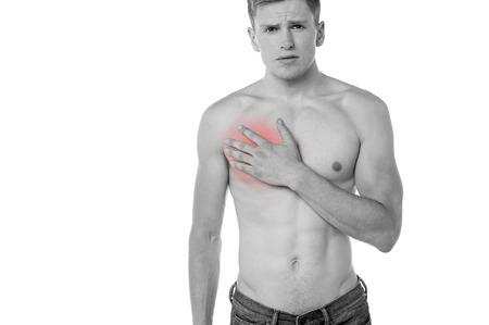 dolor de pecho: Hombre joven que sufre de dolor en el pecho
