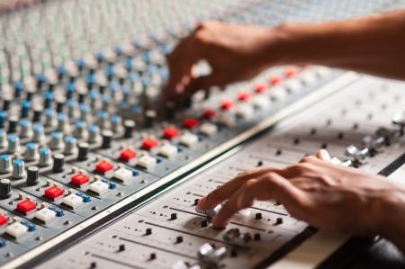 オーディオのミキシング コンソールを調整する専門家