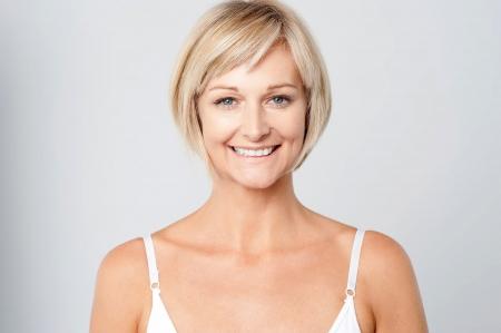 Schöne Frau mittleren Alters lächelnd herzlich