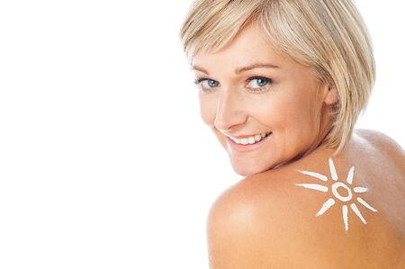 Mujer piel limpia con loci�n de protecci�n solar photo