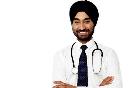 Indischer Arzt posiert mit verschränkten Armen