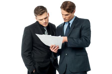 Serious Geschäftsleute Prüfung von Dokumenten