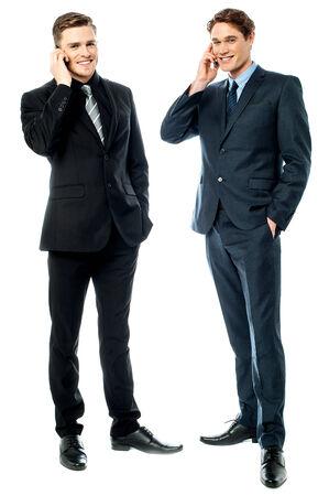 gente comunicandose: La gente de negocios la comunicaci�n a trav�s del tel�fono m�vil