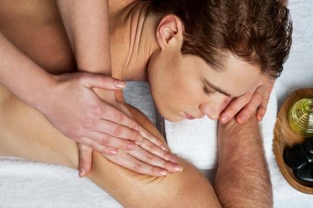 Bel homme se massage dans le salon de beauté