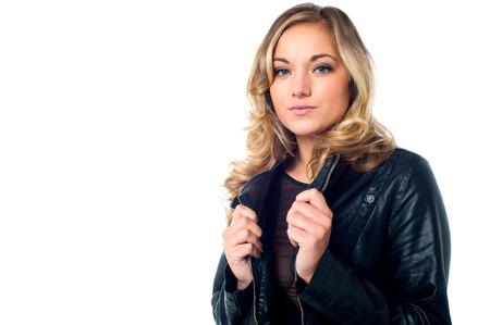 chaqueta de cuero: Modelo de mujer joven y atractiva en la chaqueta de cuero