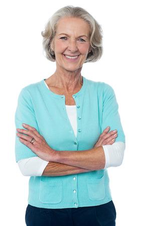 Zuversichtlich lächelnd schöne gealterte Frau in trendy