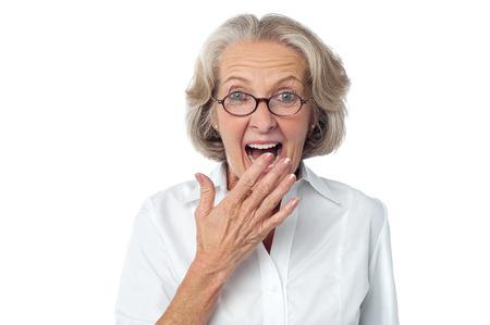 彼女の顔に驚きの表情を持つ古い女性