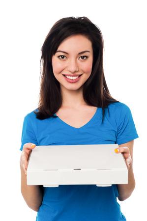 pizza box: Hermosa mujer sonriente posando con caja de pizza