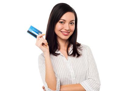 彼女のクレジット カードを表示する魅力的な女性幹部