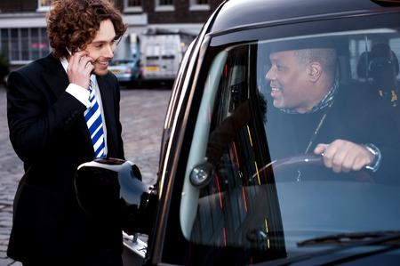 taxi: Conductor de taxi Taxi comunicarse con pasajero masculino