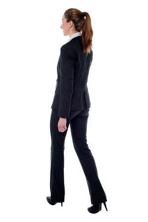 ビジネスの女性の歩行のフルレングスのプロファイル