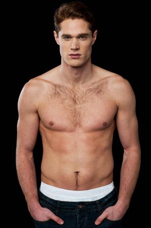 niño sin camisa: Modelo masculino descamisado con cuerpo musculoso