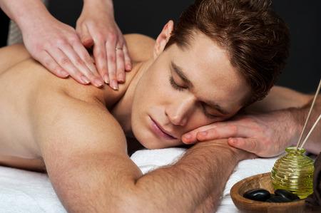 beau mec: Guy beau jouissant de la th�rapie de massage
