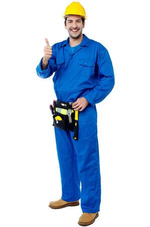 今すぐ登録親指を作るヘルメットと建設労働者