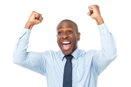 彼の拳を食いしばって興奮してアフリカの起業家