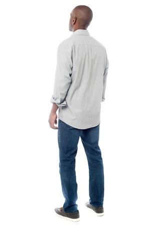persona de pie: Vista trasera del hombre africano joven aislado en blanco