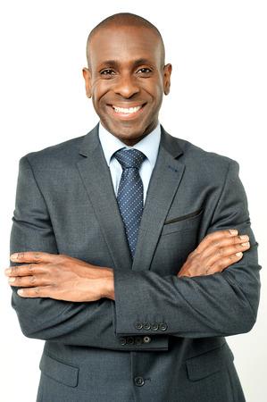 Handsome afrikanischen Geschäftsmann mit gekreuzten Armen Lizenzfreie Bilder