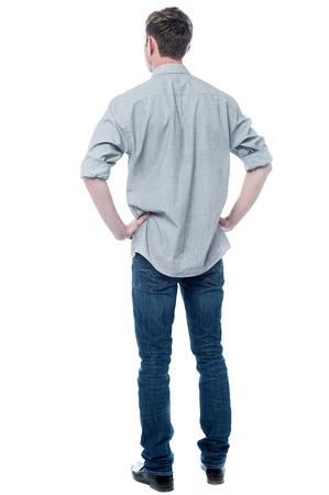 Unterstützen Sie die Haltung, in voller Länge Schuss eines jungen Mannes wirft einen Blick