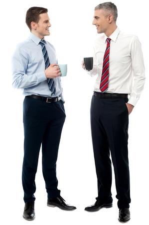 コーヒー 1 杯でビジネスを議論する若い男性 写真素材