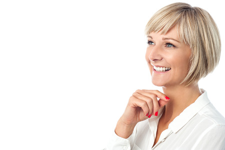 Nachdenkliche Frau mittleren Alters posiert und Wegschauen