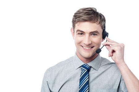 Glückliche junge männliche Kunden-Support Executive