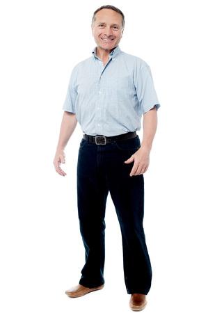 立っているカジュアルな年配の男性の完全な長さの肖像画 写真素材