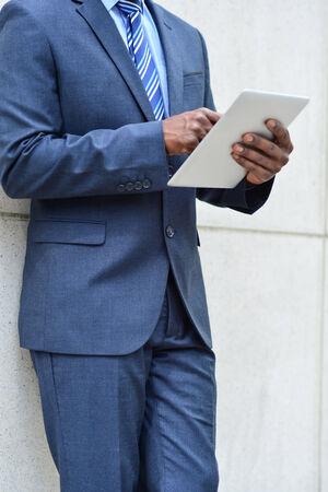 operates: Ritagliare l'immagine di uomo d'affari che gestisce un tablet PC Archivio Fotografico