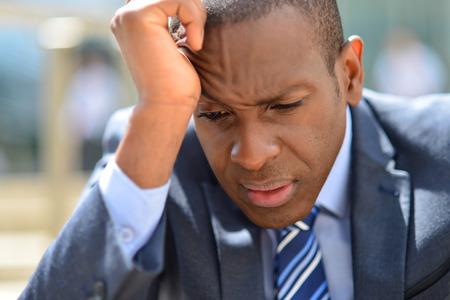 ejecutivo en oficina: Hombre de negocios en la depresi�n con la mano en la frente