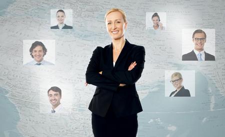 erfolgreiche frau: Erfolgreiche Frau stand, ihre Freunde in der ganzen Welt