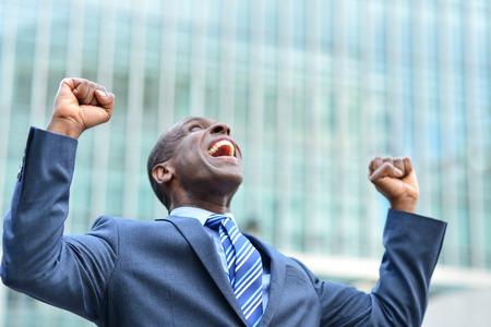excitación: Hombre de negocios alegre que celebra su éxito