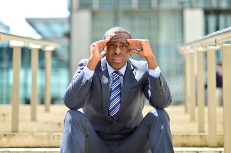 leeftijd zakenman gefrustreerd midden zitten in stappen Stockfoto