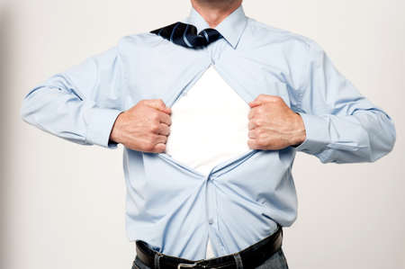 camisa: Imagen recortada de sexo masculino ejecutivo rasgando su camisa
