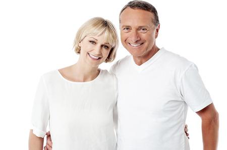 白い背景の上ポーズ年配のカップルの笑みを浮かべてください。