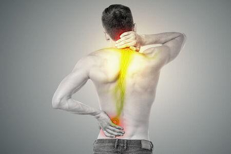 De mens is het aanraken van zijn rug en nek uit van de pijn