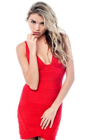 cocktaildress: Elegante vrouw in verleidelijke rode cocktailjurk