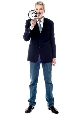 loudhailer: Imagen de la longitud completa de hombre de negocios usando un meg�fono