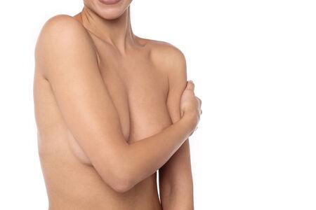 senos desnudos: Mujer hermosa que cubre sus pechos desnudos