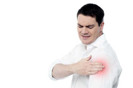 hombros: Hombre de mediana edad que tiene el hombro dolor de las articulaciones