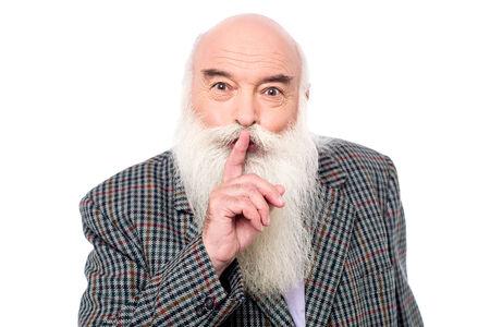 guardar silencio: Hombre mayor haciendo guardar silencio, gesto silencioso.