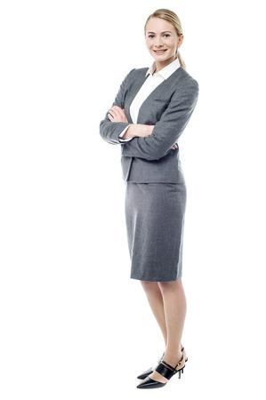 Volledig lengtebeeld van vertrouwen in jonge zakenvrouw