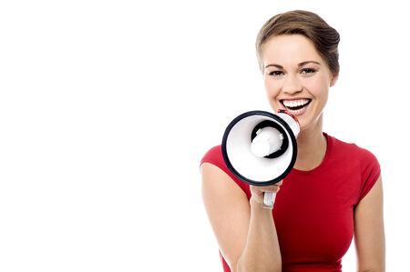 loudhailer: Mujer bonita que hace el aviso con loudhailer