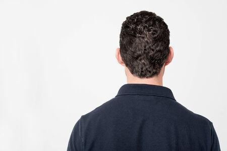 cabeza: Vista trasera del hombre joven aislado en blanco Foto de archivo