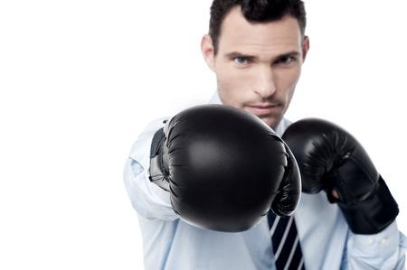 pugilist: Hombre de negocios listo para luchar con los guantes de boxeo Foto de archivo